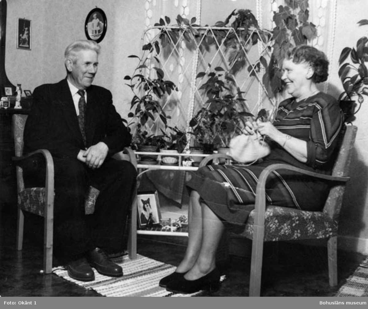 Karin och Karl Hansson Forsberg. <br /> Karin stickar på ett plagg för Bohus Stickning.