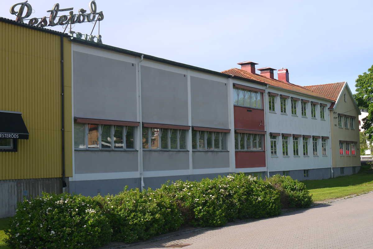 Fabriksbyggnaden  Resteröds Trikå har byggts ut i omgångar