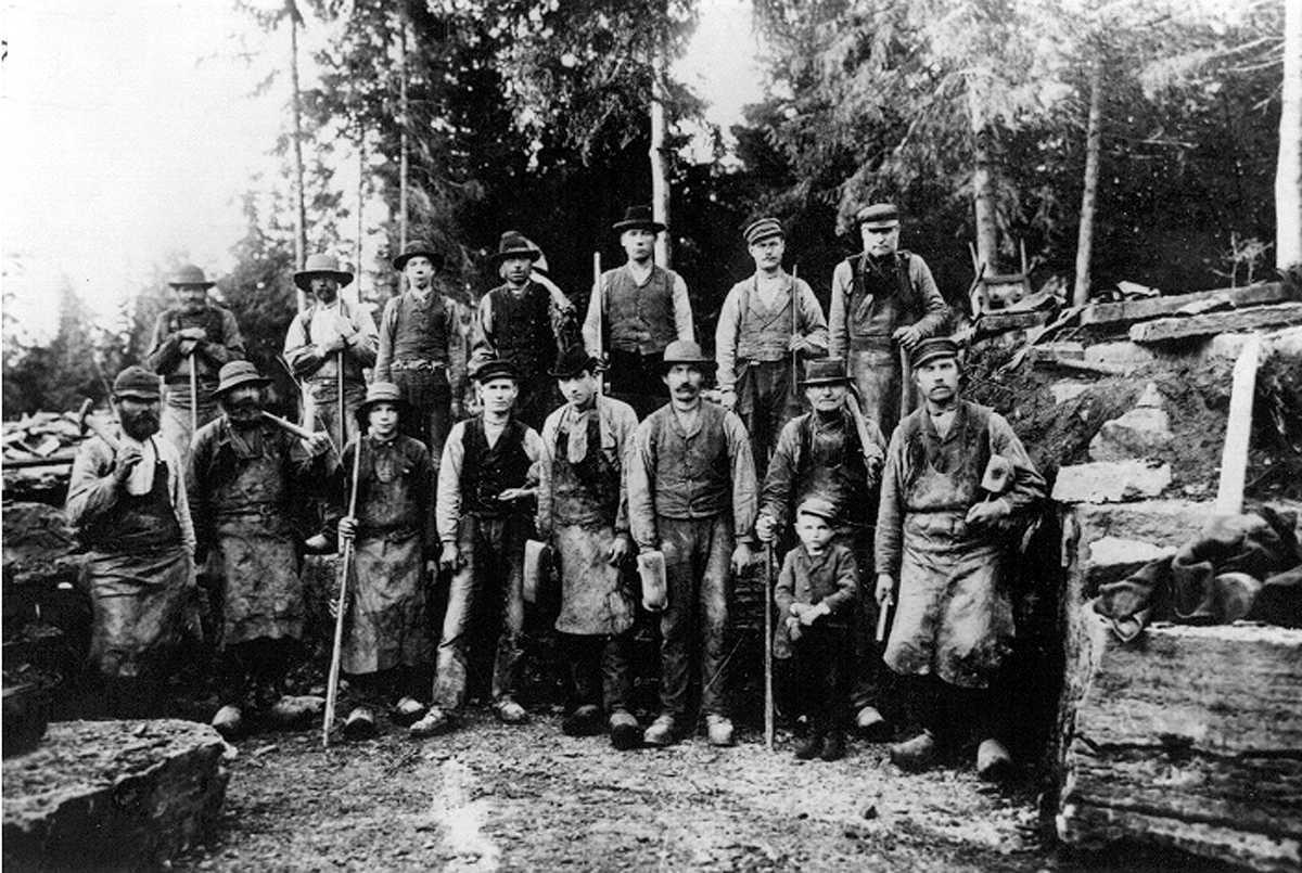 Stenarbetare, torparna jobbade även med stenbrytning stående främre raden näst längst till höger Johannes Larsson med sin son bodde i torpet Nedre Vessla på Kinnekulle.