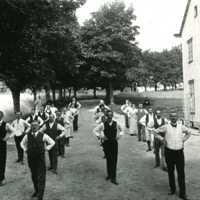 Pausgymnastik framför nya Källnääs på Nääs slöjdlärseminarium