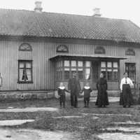 Västerplanan socken. Gästgivargården i Västerplana. Fr.v Olle, Malkom, Torsten, Valdemar, Ellen Johansson, troligtvis hushållerskan Elsa Persson. Bilden tagen 1915