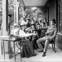 Öl- och läskedrycksdrickande ungdom på Hotell Kinnekulles veranda..jpg