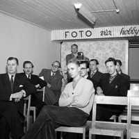 Skaraborgsg.-28-Fotoklubbens-lokal-i-Teaterhusets-källare.-Klubbmöte-med-bildvisning-av-Sven-von-Sydow-1951.-foto-Stig-Rehn-ägs-av-VGM.jpg