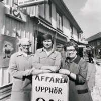 Affären-stängdes-6-6-1980.-Från-höger-Gun-Svensson-sonen-Bengt-o-hans-faster-Stina-Svensson-600x800.jpg