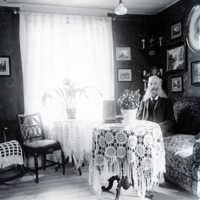Vaktmästare Nilsson vid seminariet i Skara. bilden är tagen i hans hem. Våren 1911..jpg