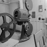 Projektorrummet med filmprojektor, placerad i anslutning till matsalen